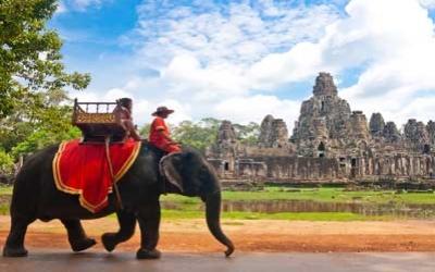 Elephant trekking arond Angkor wat
